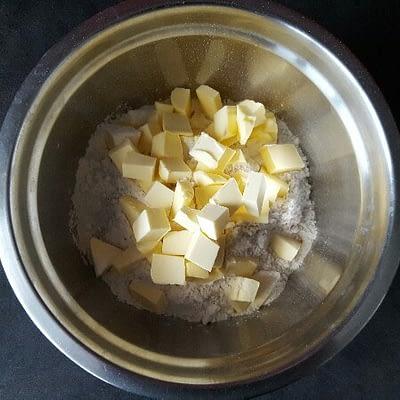 Recette pâte brisée coupez le beurre en petits dés et ajoutez le à la farine et au sel