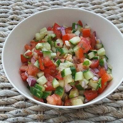 Recette salade de concombre tomates et oignons rouges aperçu