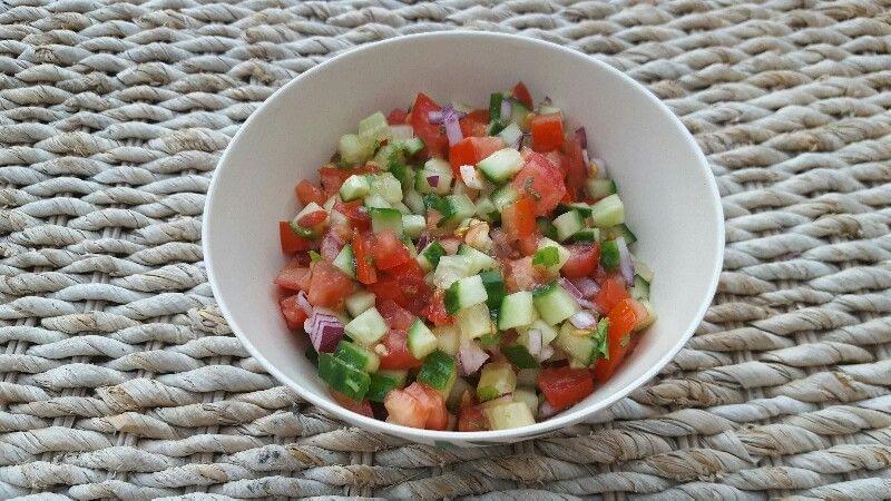 Salade fraîche de tomates, concombre et oignon rouge