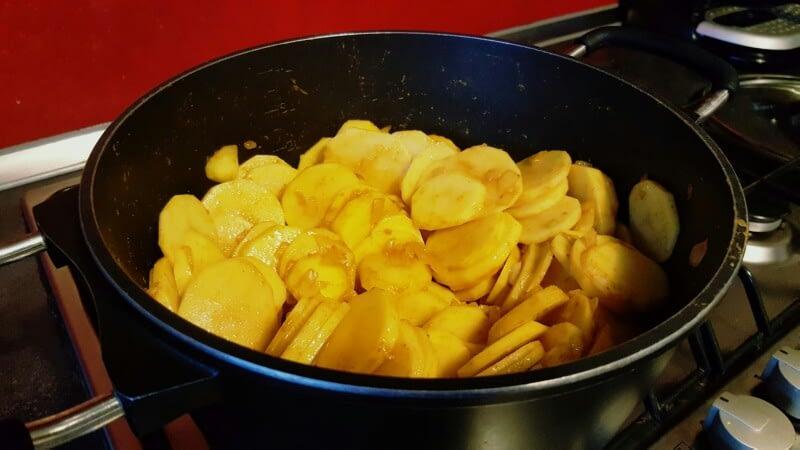 Recette pommes de terre sautées aux épices faites cuire les pommes de terre à couvert