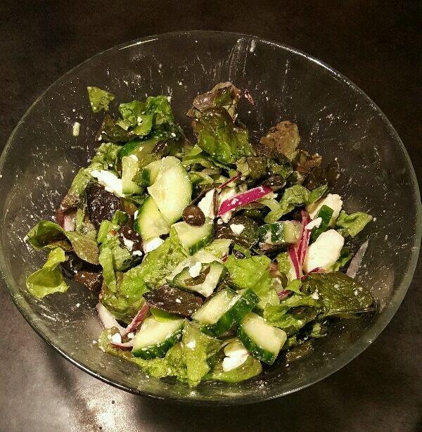 Salade verte au concombre, graines de courge et féta