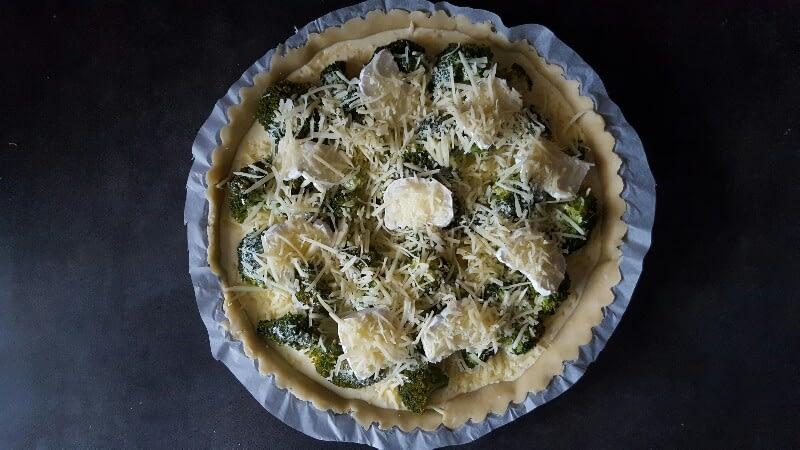 Recette quiche au brocoli et chèvre versez l'appareil à quiche posez le chèvre et saupoudrez de fromage râpé